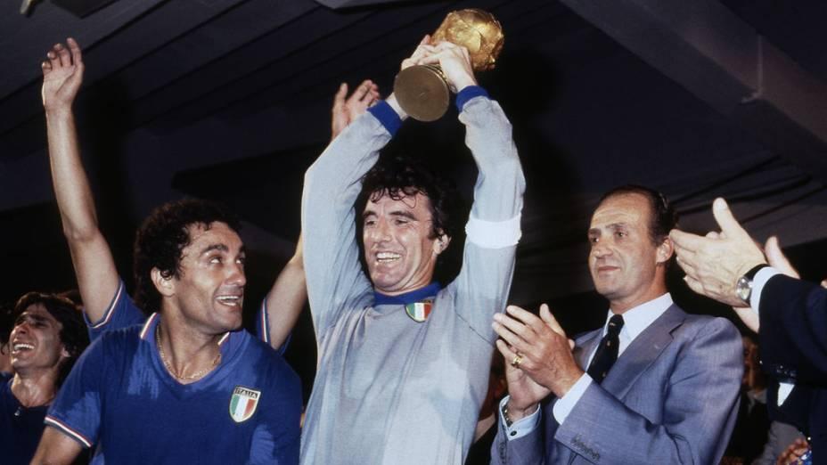 Dino Zoff, capitão da seleção italiana, ergue o troféu da Copa do Mundo de 1982, ao lado do zagueiro Claudio Gentile e do rei Juan Carlos