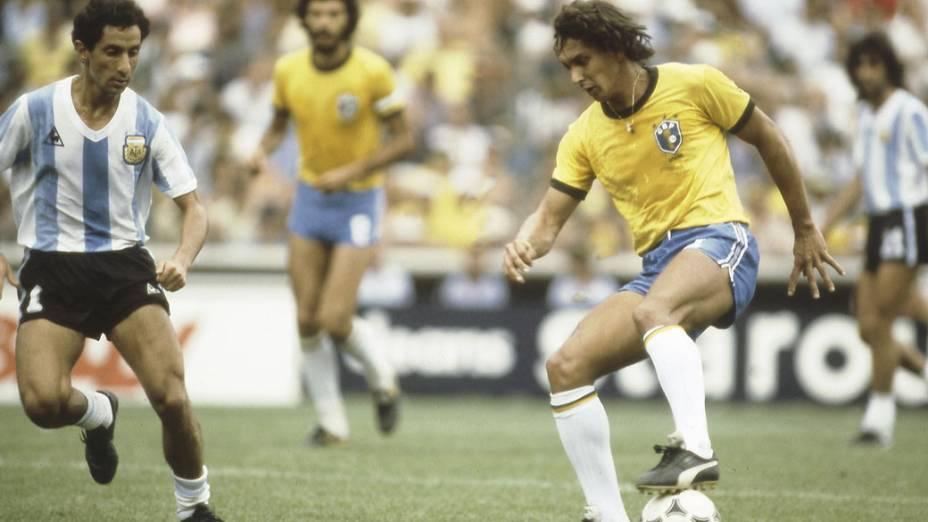 Ardiles, da Argentina, e Eder, no Brasil, na Copa do Mundo de 1982