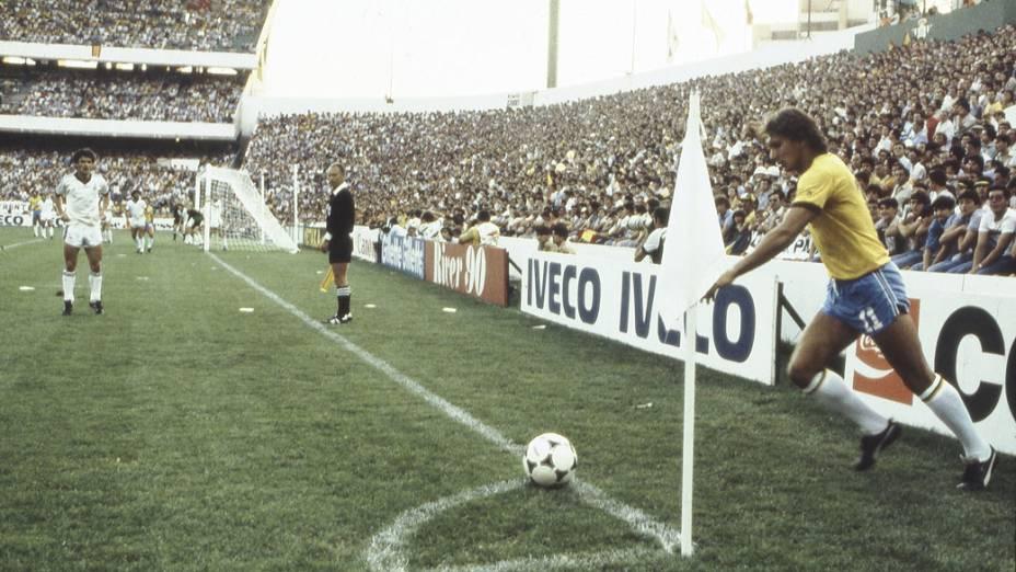 Éder, do Brasil, no jogo contra a Nova Zelândia, na Copa do Mundo de 1982<br>
