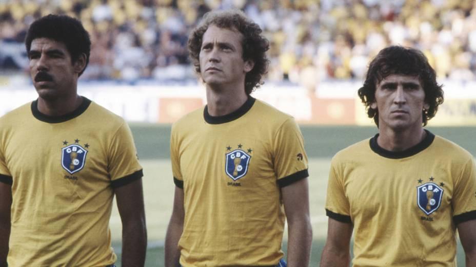 Cerezo, Falcão e Zico antes do jogo entre Brasil e Escócia, na Copa de 1982