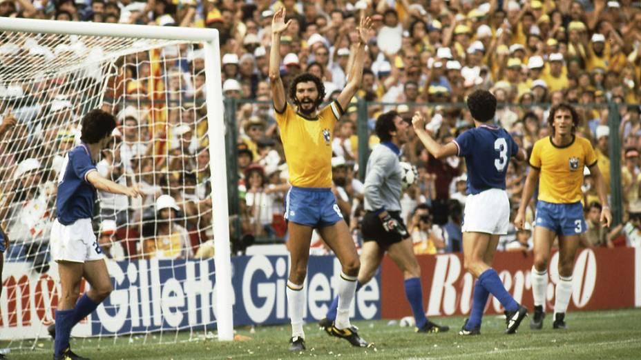 Sócrates em ação no jogo entre Brasil e Itália pela Copa de 1982