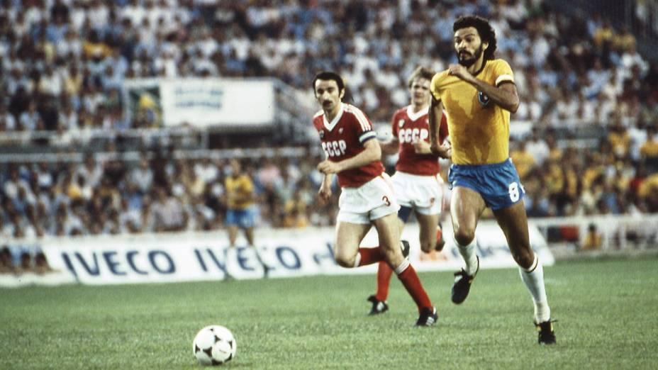 Sócrates, do Brasil, e Chivadze, da União Soviética, em partida da Copa de 1982, no Estádio Sánchez Pizjuan, em Sevilha