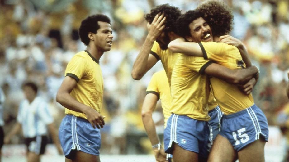 Cerezo, Falcão, Sócrates e Luisinho durante jogo entre Brasil e Argentina na Copa do Mundo de 1982, no Estádio Sarriá