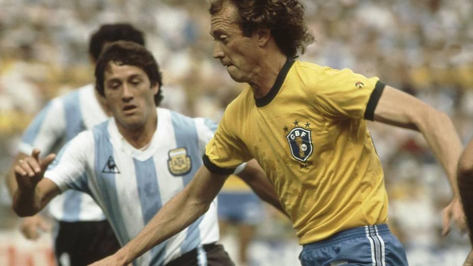 Falcão, do Brasil e Barbas, da Argentina, em partida da Copa de 1982
