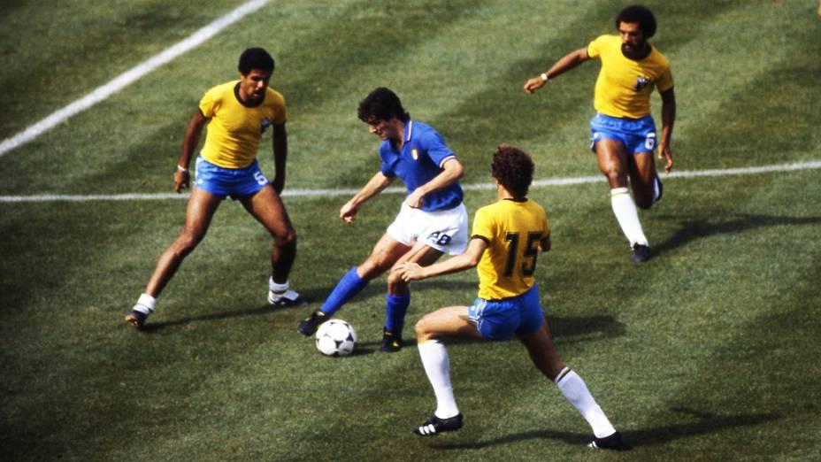 Cerezo e Júnior, do Brasil, no jogo contra a Itália, pela Copa do Mundo de 1982, no Estádio Sarriá