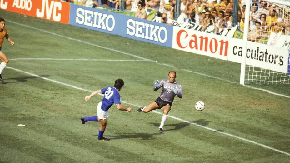 O carrasco Paolo Rossi bate Valdir Peres no jogo Brasil x Itália, na Copa do Mundo de 1982, no Estádio Sarriá