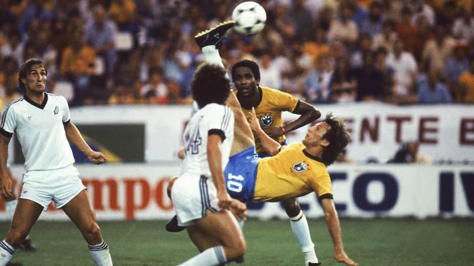 Zico e Serginho, do Brasil, no jogo contra a Nova Zelândia, pela Copa do Mundo de 1982