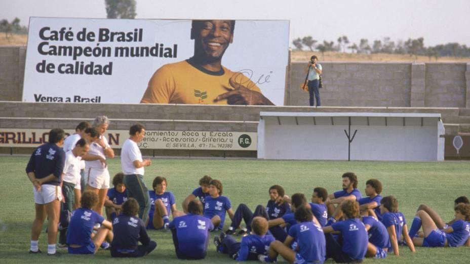 Telê Santana comanda treino da seleção na Copa de 1982; ao fundo, outdoor com Pelé