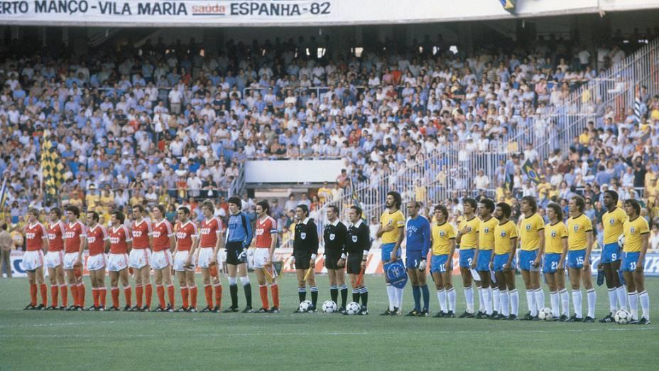 As seleções da União Soviética e do Brasil antes de partida da Copa de 1982