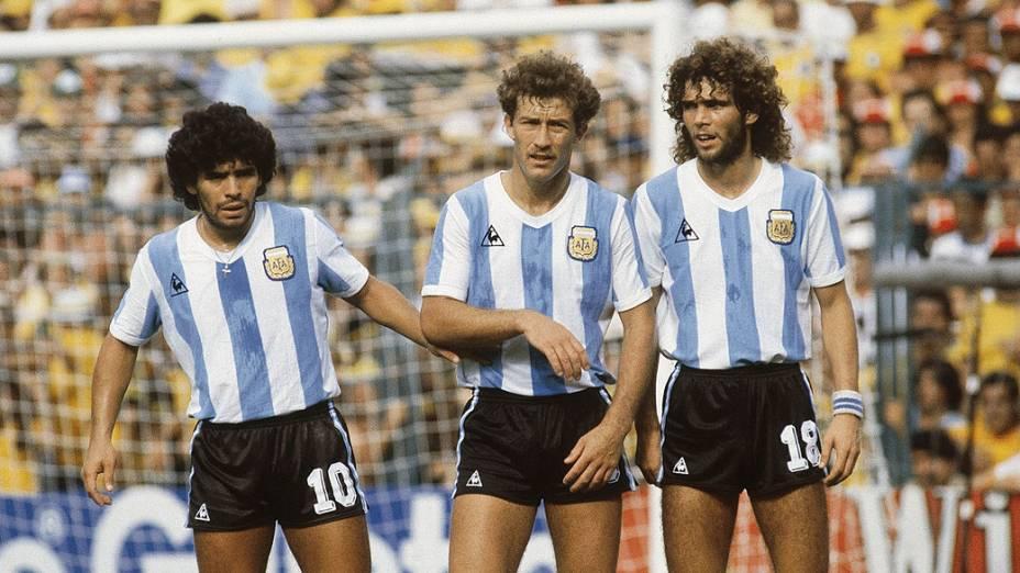 Diego Maradona, Calderón e Tarantini, da Argentina, durante jogo contra o Brasil, pela Copa do Mundo de 1982, no Estádio Sarriá