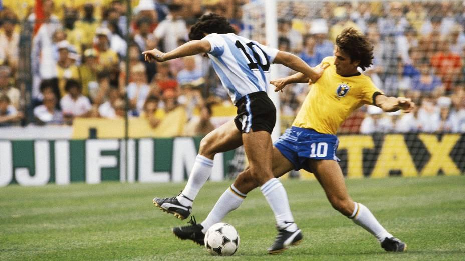 Diego Maradona, da Argentina, disputando lance com Zico, do Brasil, durante partida da Copa do Mundo de 1982