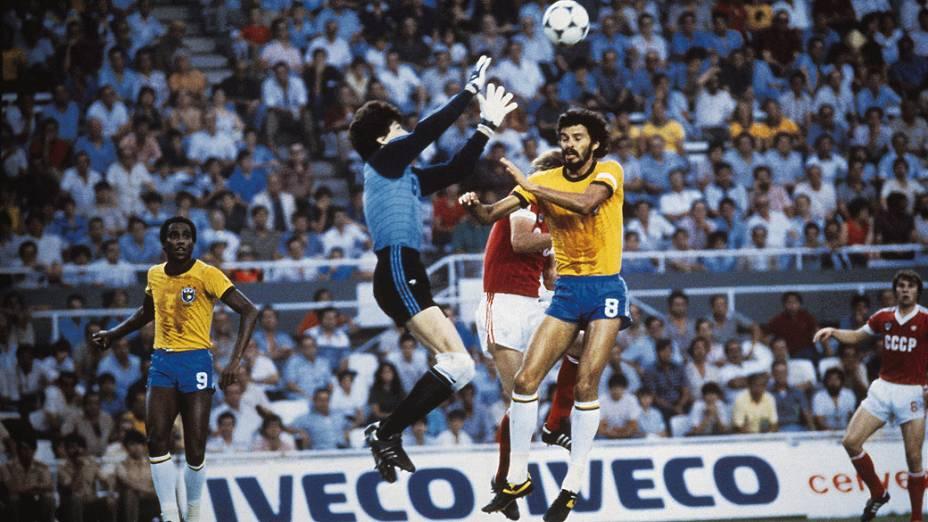 Rinat Dasaev, goleiro da União Soviética, disputando lance com Sócrates, do Brasil, durante jogo da Copa do Mundo de 1982, no Estádio Ramón Sánchez Pizjuán