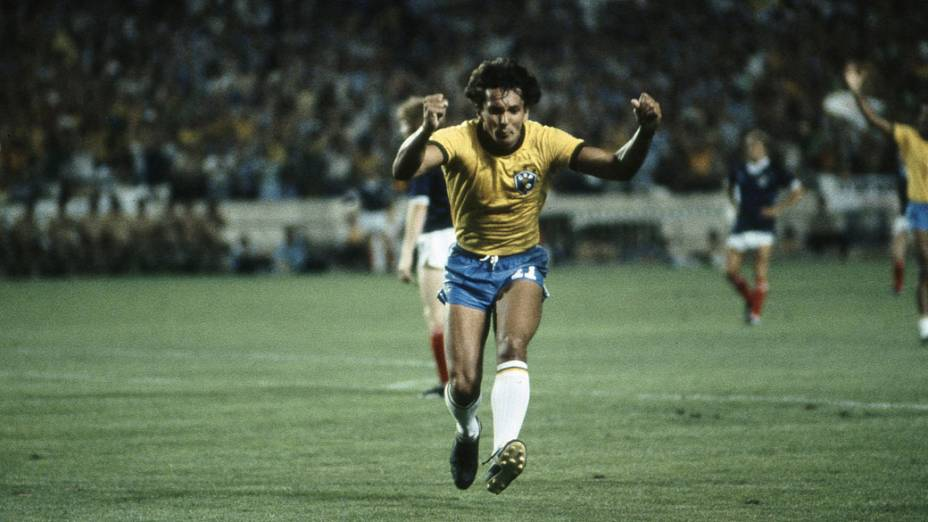 Éder, do Brasil, comemorando gol contra a Escócia, na Copa do Mundo de 1982