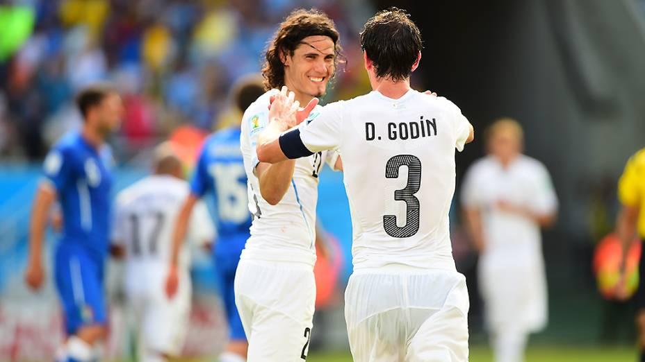 Diego Godín comemora o gol da vitória uruguaia na partida contra a Itália, na Arena das Dunas, em Natal