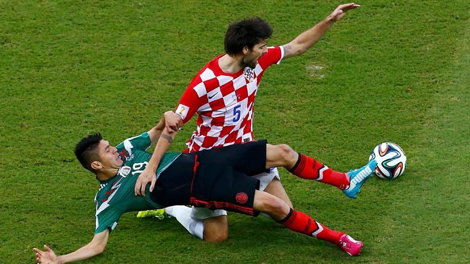 Peralta na disputa de bola com o croata Vedran Corluka