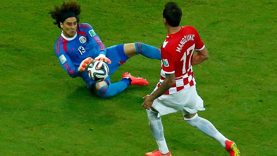 O goleiro Guillermo Ochoa defende bola da Croácia