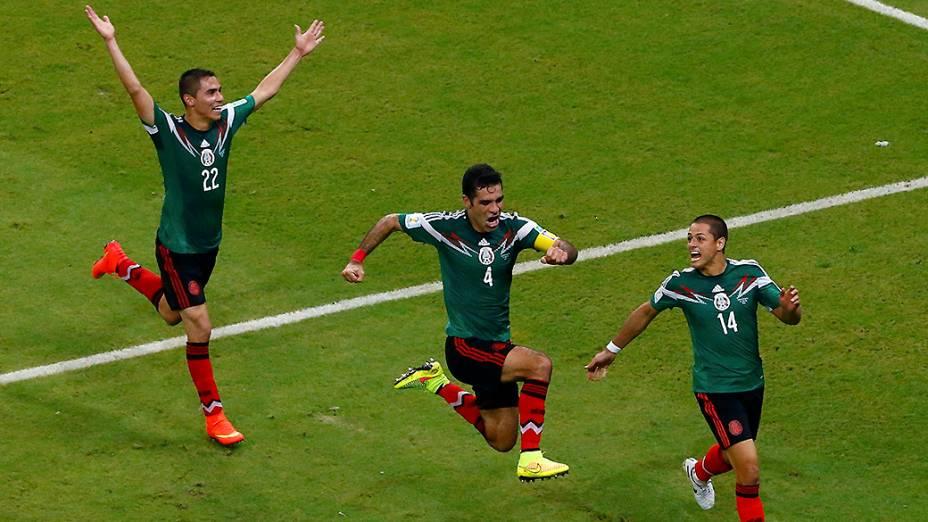 Mexicanos comemoram gol contra a Croácia