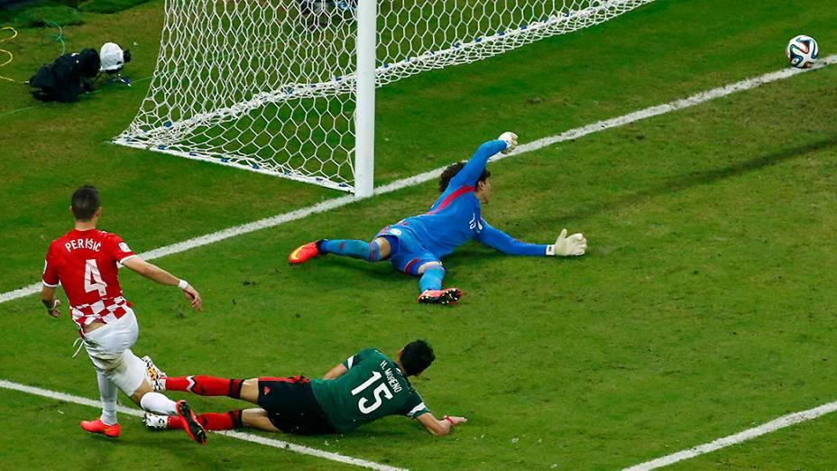 Ivan Perisic marca gol contra o México, em Recife