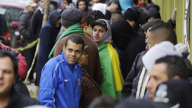 Torcedores enfrentam fila desde as primeiras horas desta quarta (4) em busca do último lote de ingressos para jogos da Copa do Mundo 2014