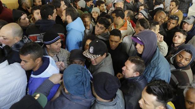Confusão na fila de torcedores que buscam ingressos do último lote para assistir aos jogos da Copa do Mundo