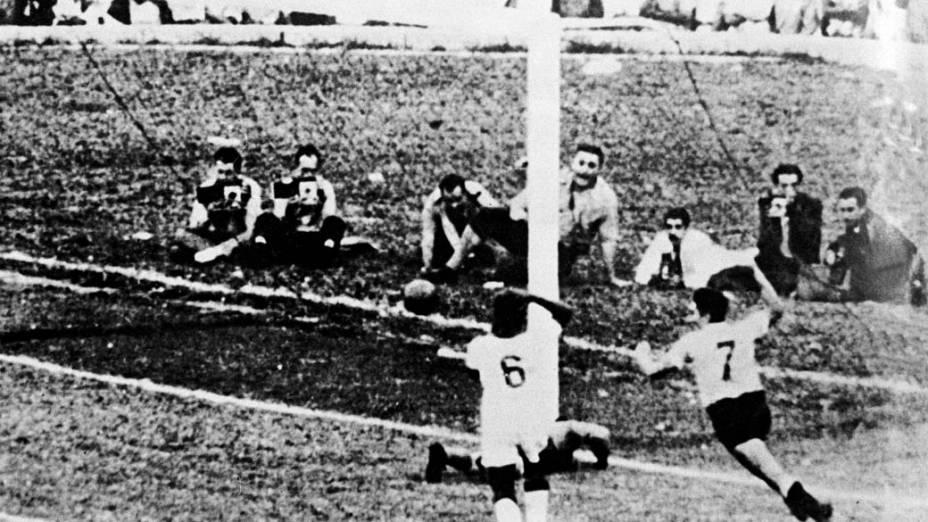 Ghiggia, carrasco do Brasil em 1950, comemora o gol da vitória do Uruguai na final contra o Brasil. Com a bola dentro do gol, Barbosa lamenta no chão