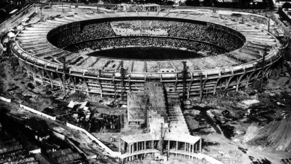 Foto da construção do Maracanã, palco da final do campeonato
