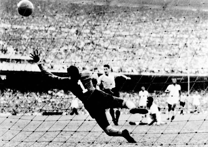 Alberto Schiaffino chuta para marcar o primeiro gol do Uruguai na final de 1950, no Maracanã