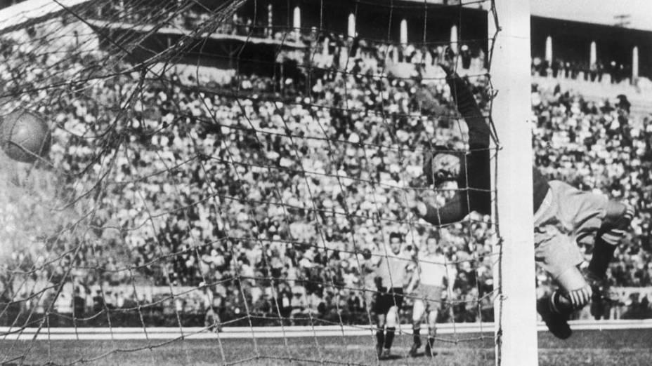 Gol do Uruguai na partida contra a Suécia, válida pelo quadrangular final. O time uruguaio venceu o jogo por 3 a 2