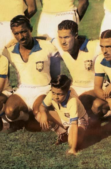 Zizinho e Ademir, jogadores do Brasil, com o mascote Orlando Paes Loureiro Filho, antes da final contra o Uruguai, no Maracanã