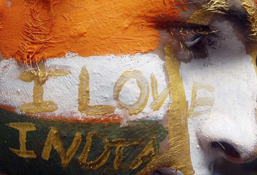 Garoto pinta o rosto com as cores da bandeira indiana. A Copa do Mundo de Críquete começa no dia 19 de fevereiro em Bangladesh