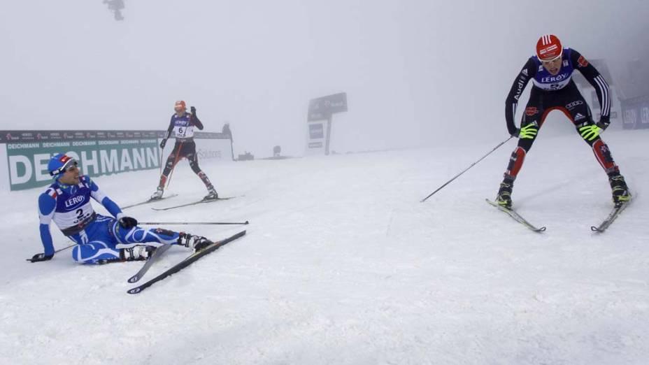 Competidores na linha de chegada durante prova da Copa do Mundo de Esqui em Oslo, Noruega