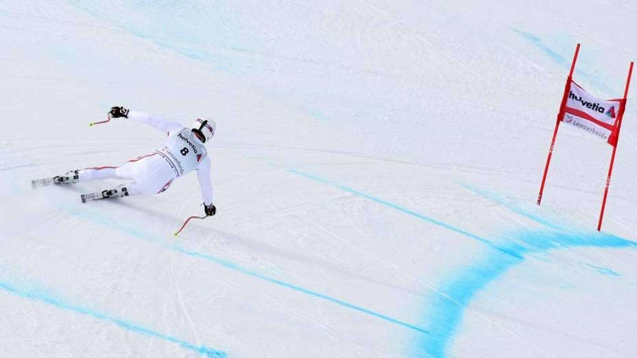 O francês Adrien Theaux participa da copa do mundo de esqui na cidade de Lenzerheide, Suíça