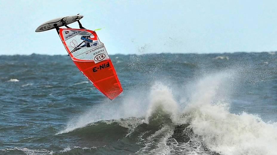 Atleta compete na Copa do Mundo de Windsurfe, realizada no Havaí