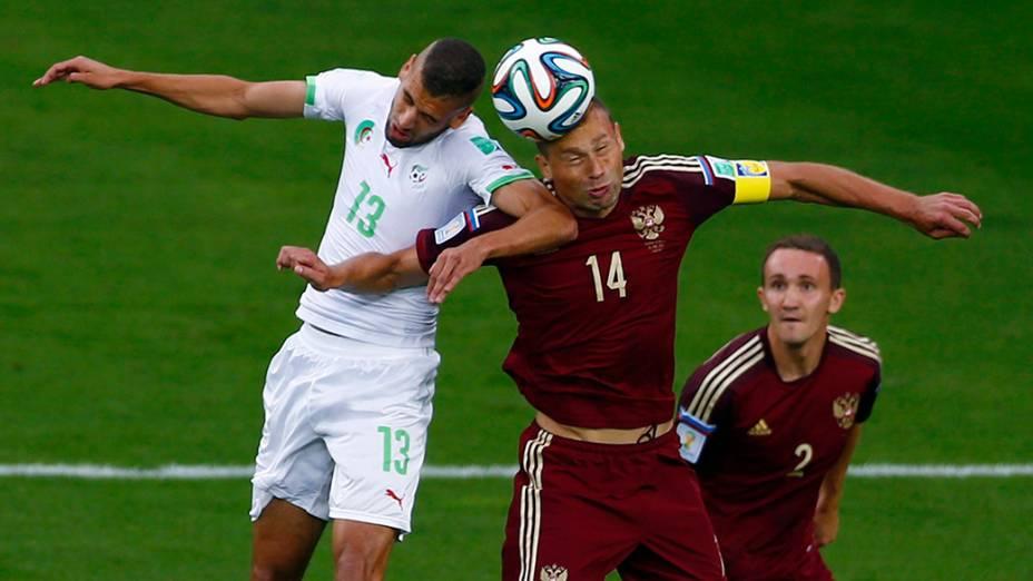 Disputa de bola entre Argélia e Rússia durante a Copa do Mundo