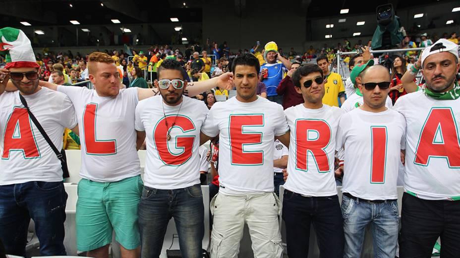 Torcedores da Argélia na partida contra a Rússia, em Curitiba