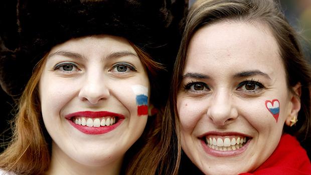 Torcedoras da Rússia na partida contra a Argélia, em Curitiba