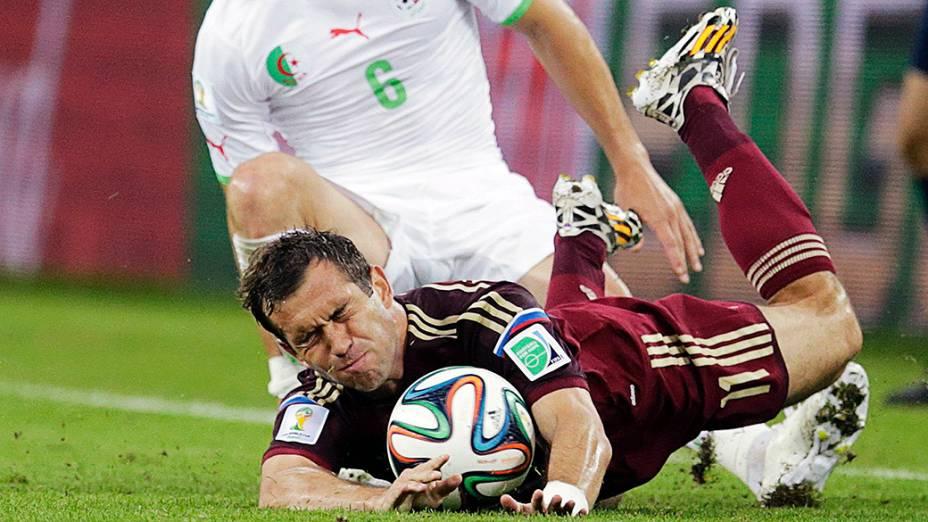 Alexander Kerzhakov cai durante partida contra a Argélia, em Curitiba
