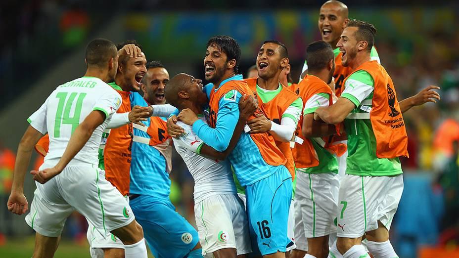 Jogadores da Argélia comemoram gol contra a Rússia