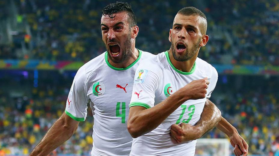 Islam Slimani e Essaid Belkalem comemoram gol da Argélia