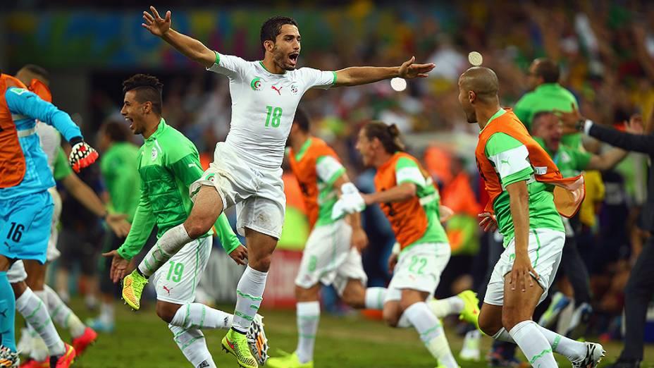 Jogadores da Argélia comemoram vitória sobre a Rússia