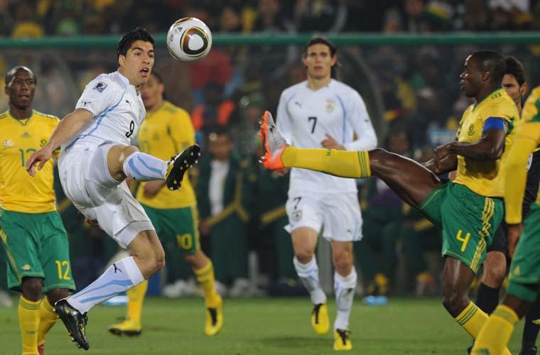 Lance entre Luis Suarez (esquerda) e Aaron Mokoena.