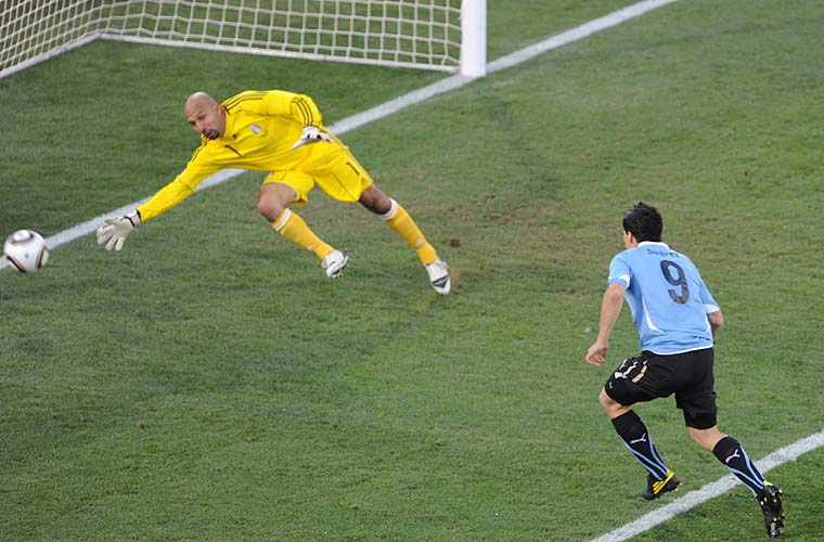 Luis Suarez marca gol do Uruguai contra o México.