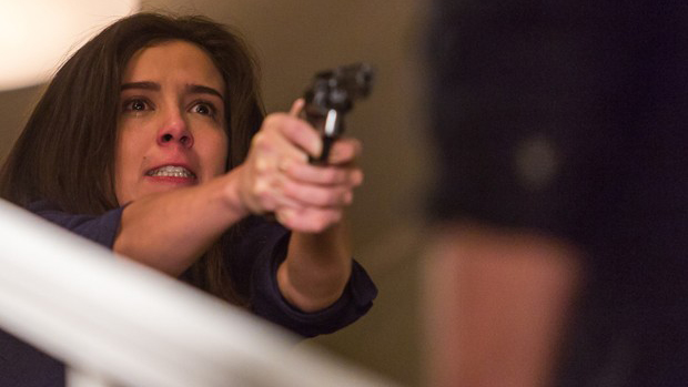 Cora (Marjorie Estiano) atira em Reginaldo (Flávio Galvão) em Império