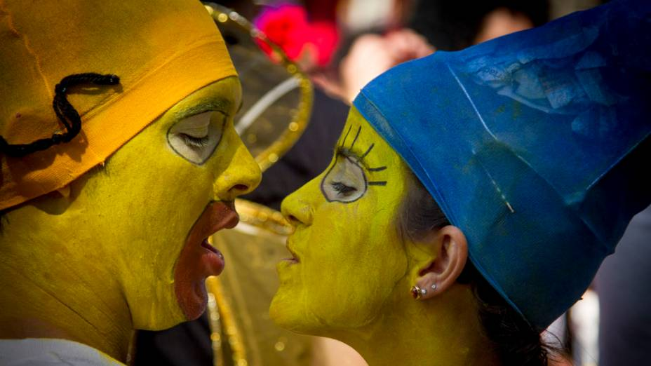 Foliões fantasiados de Homer e Margie Simpson, no bloco Cordão do Boitatá, no Centro do Rio