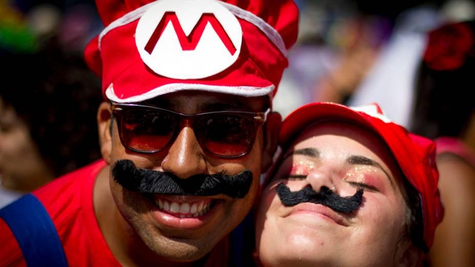 Folião fantasiado de Mario Bros no bloco Cordão do Boitatá, na Praça XV