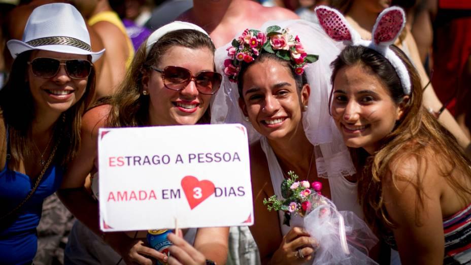 Meninas fantasiadas no desfile do bloco Cordão do Boitatá, na Praça XV