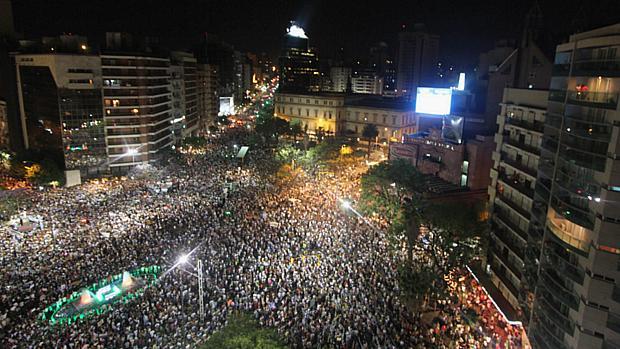 Vista aérea de enorme manifestação contra o governo em Córdoba, na Argentina