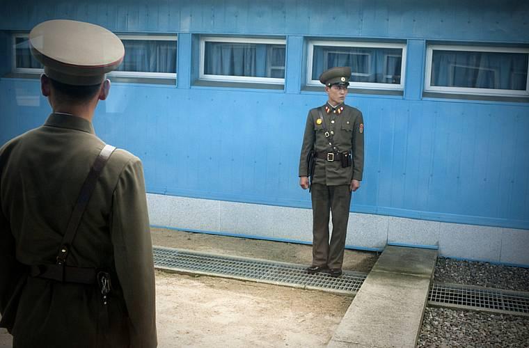 Soldados norte-coreanos na zona desmilitarizada da fronteira com a Coréia do Sul, em Panmunjom