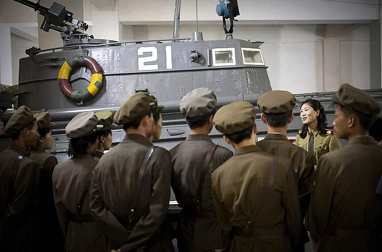 Soldados prestam atenção à guia do Museu da Guerra da Coréia