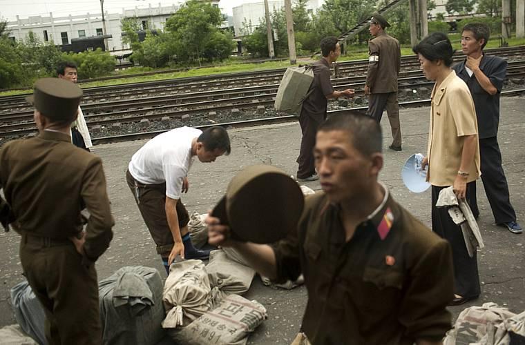 Plataforma da estação de trem, que vai de  Pyongyang à cidade de Sinuiju